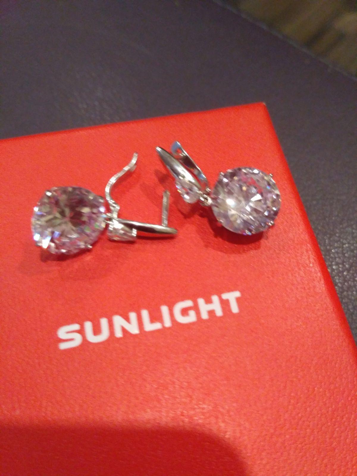 Подвижные серебряные серьги с огранкой под бриллианты.