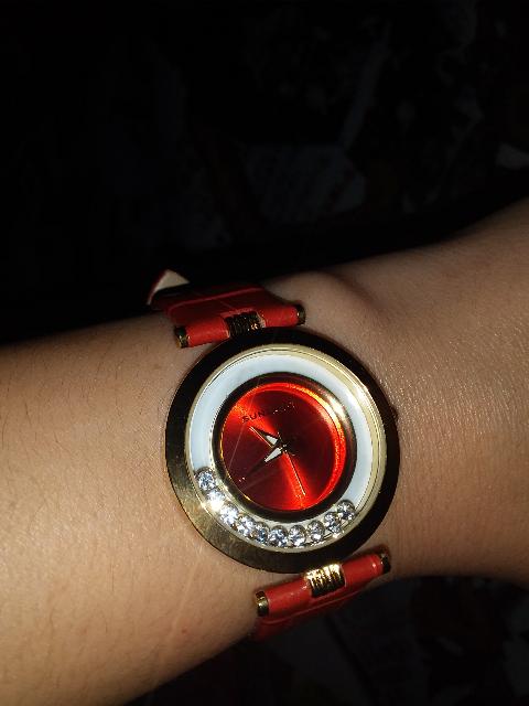 Женские часы на красном ремешке