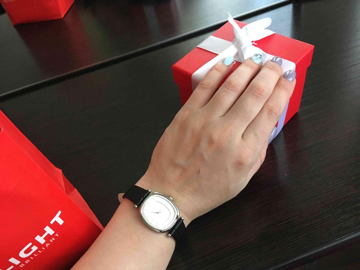 Классические наручные часы с кожаным ремешком,качество отличное!я рада!