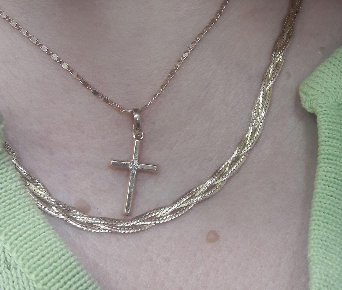 Крестик с бриллиантом прекрасный и неповторимый.