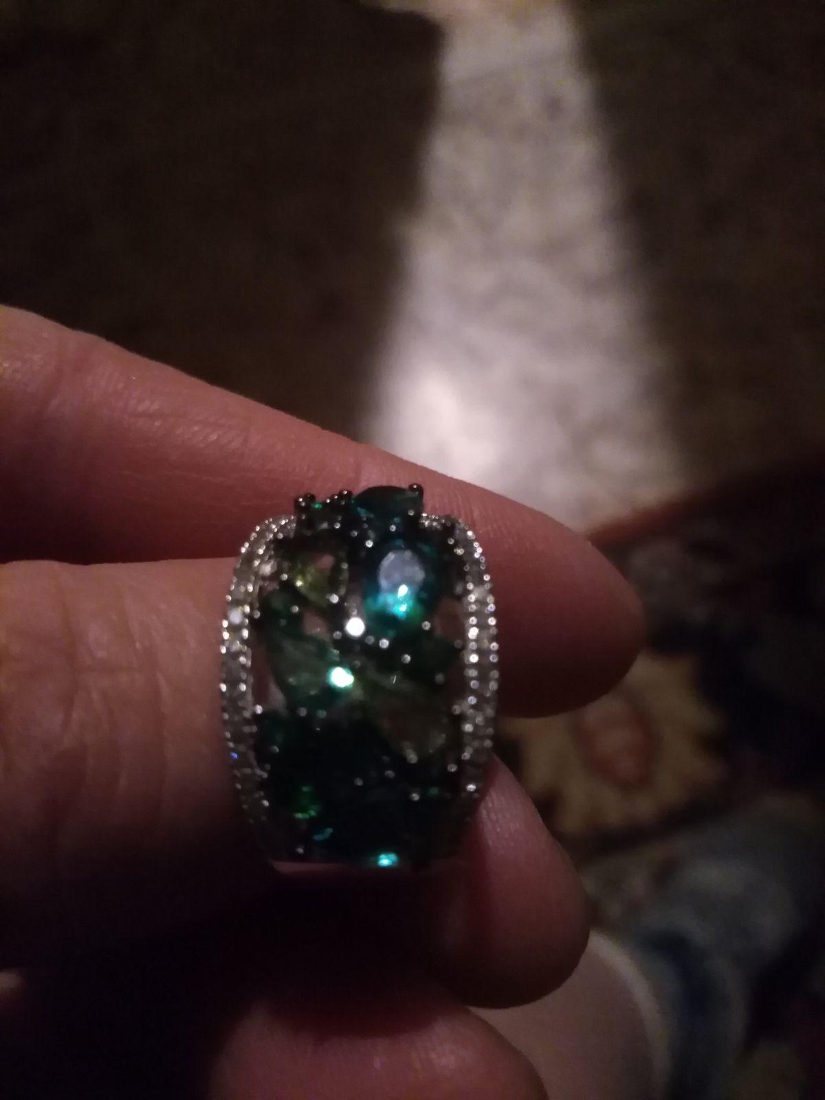 Кольцо с фианитами разного оттенка зеленого