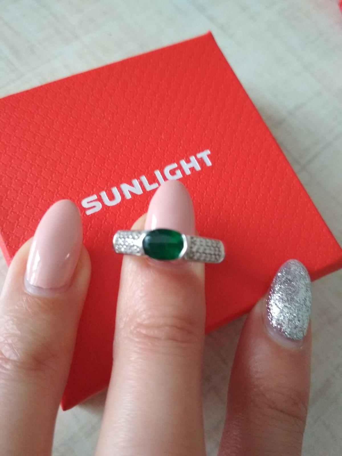 Изящное, серебряное кольцо с зелёным агатом и фианитами.