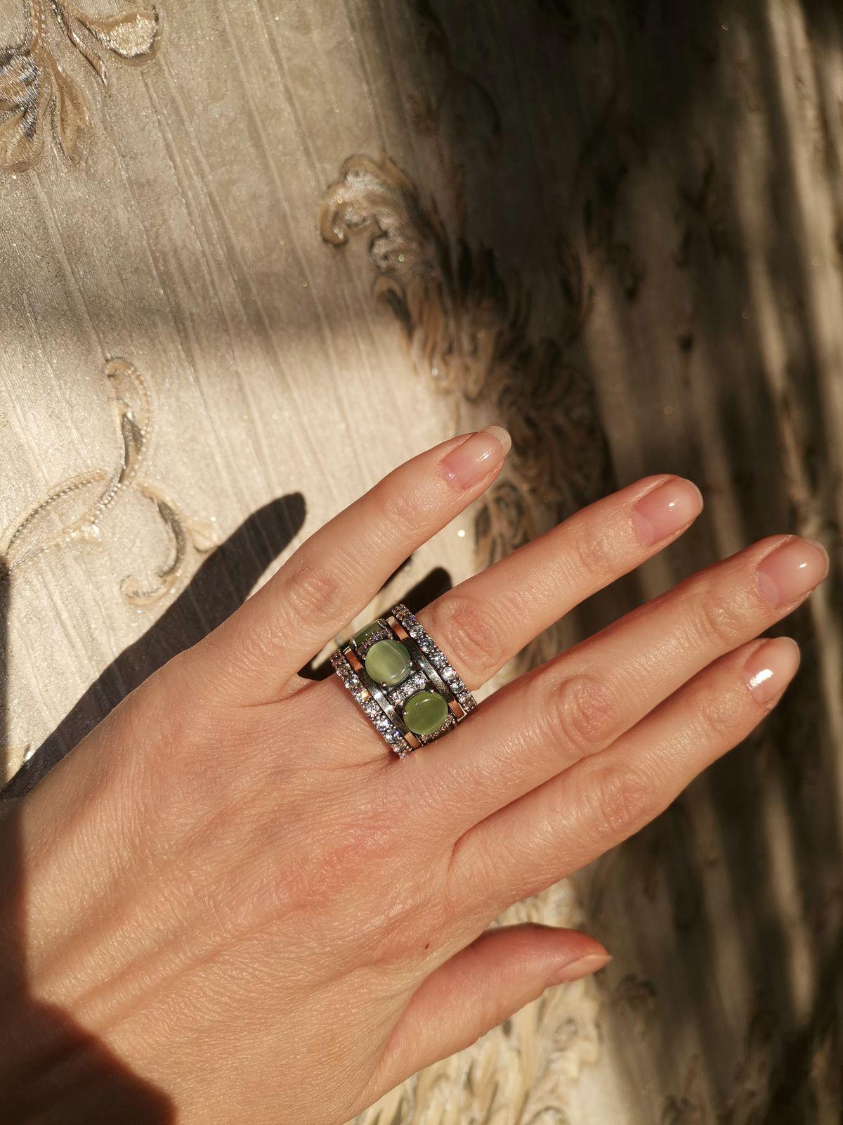 Серебрянное кольцо с фианитами и кошачий глазом, с интересным дизайном.
