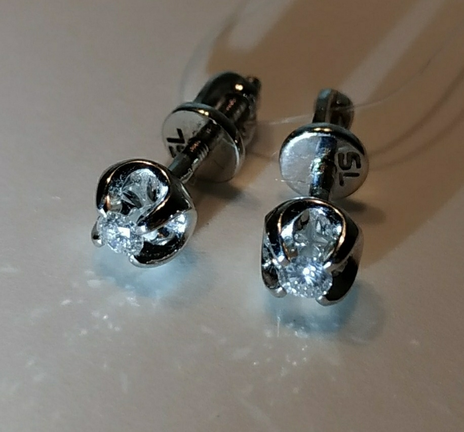 Золотые серьги-пусеты с бриллиантами Якутии