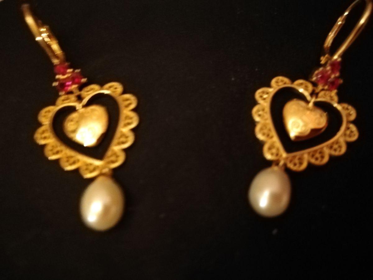 Серебряные серьги с корундом ввиде сердечка и изящнымжемчугом