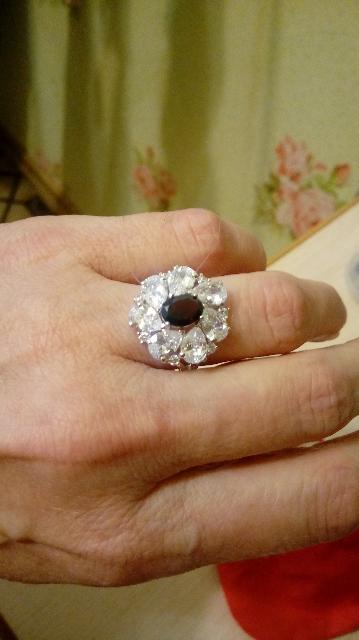 Красивое кольцо, камни сверкают.