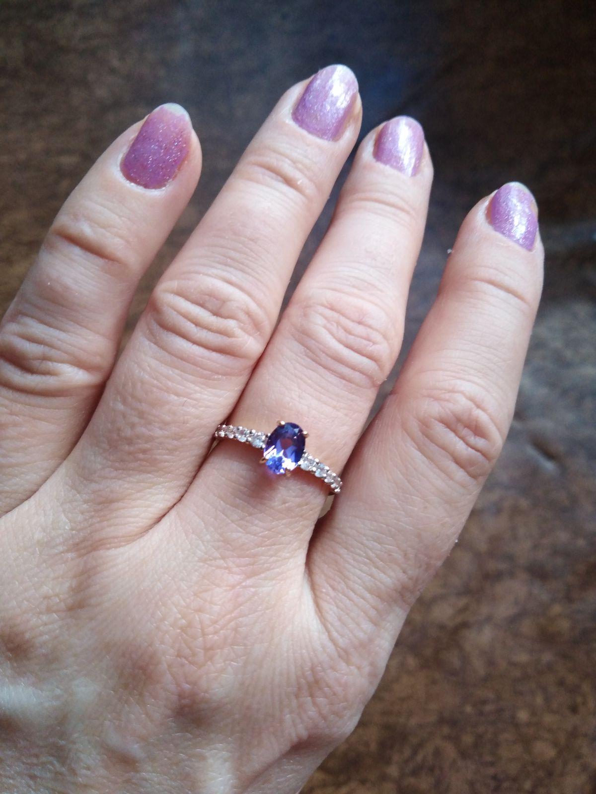Изящное, недорогое колечко. Цвет меняет с синего на лиловый.Камень аметист..