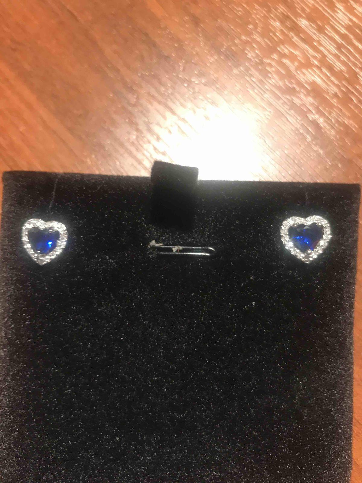 Очень красивые сережки с ярко глубоким синим камнем, смотряться очень мило