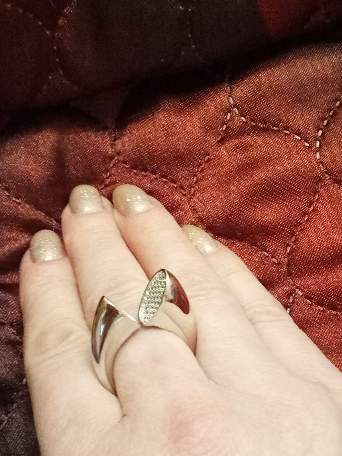Крупное эффектное кольцо.