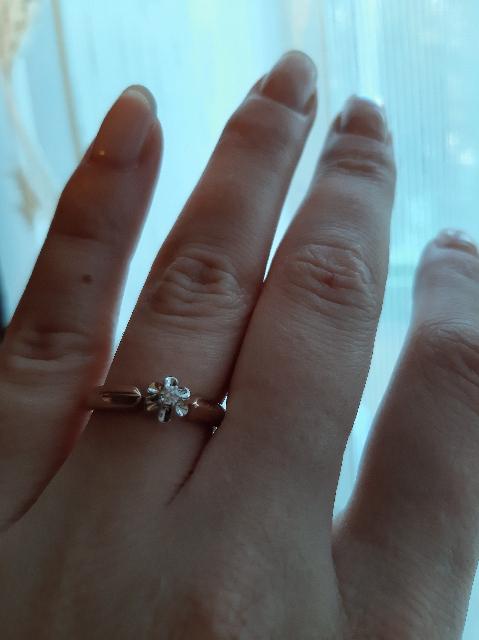 Кольцо с брилиантом.