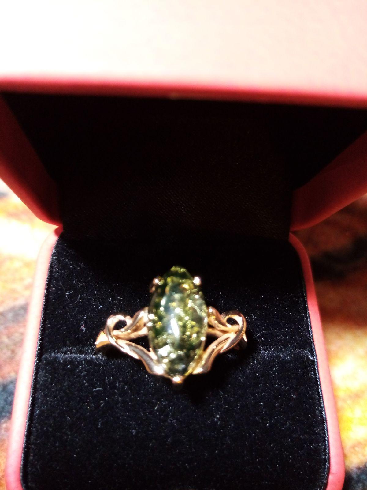 Кольцо с янтарем зеленоватого оттенка