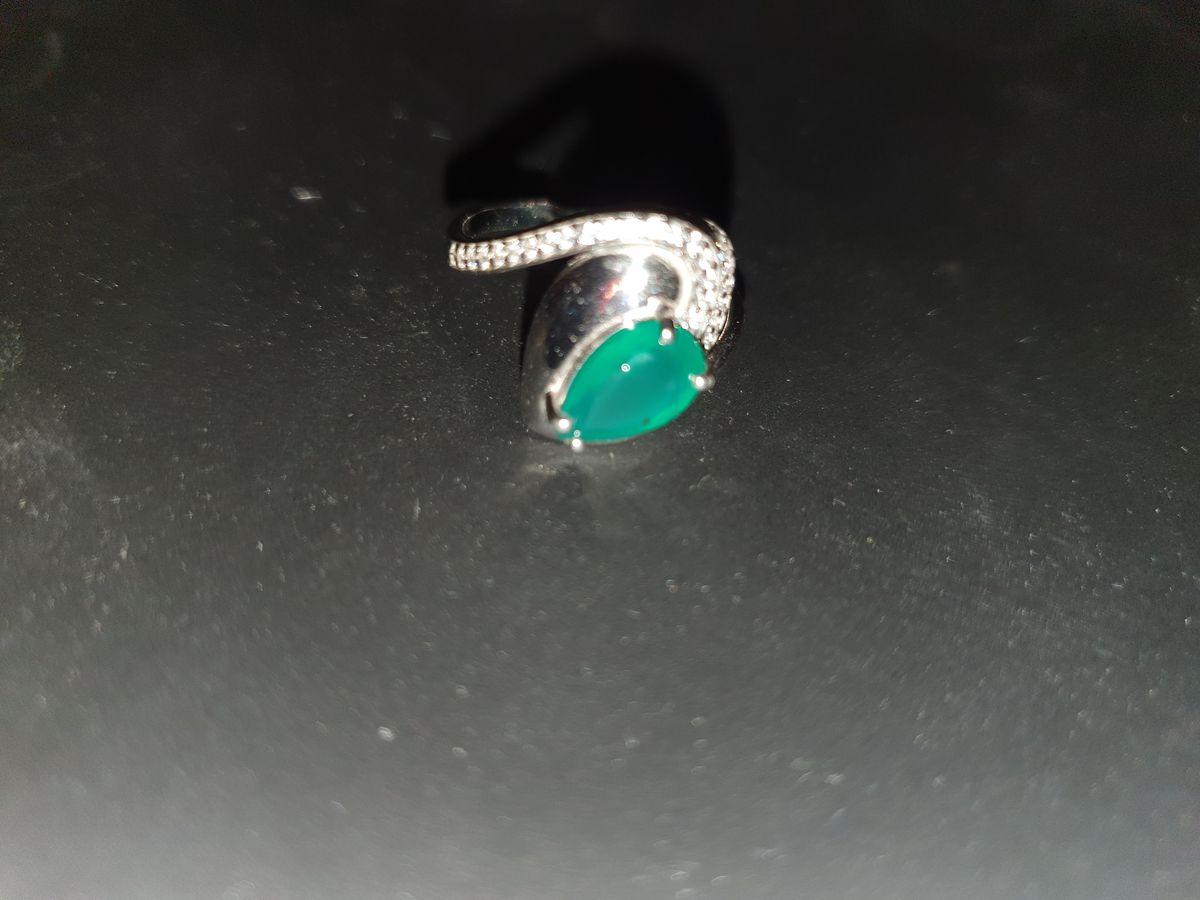 Серебряное кольцо в форме змейки с фианитами и агатом.