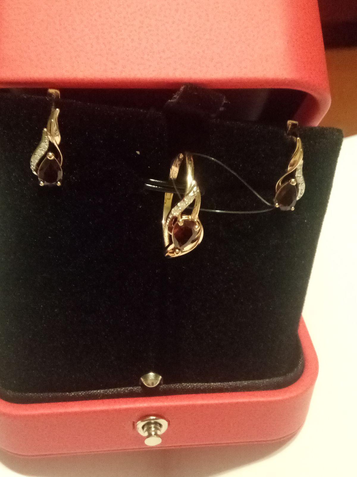 Золотые серьги с гранатом и бриллиантами