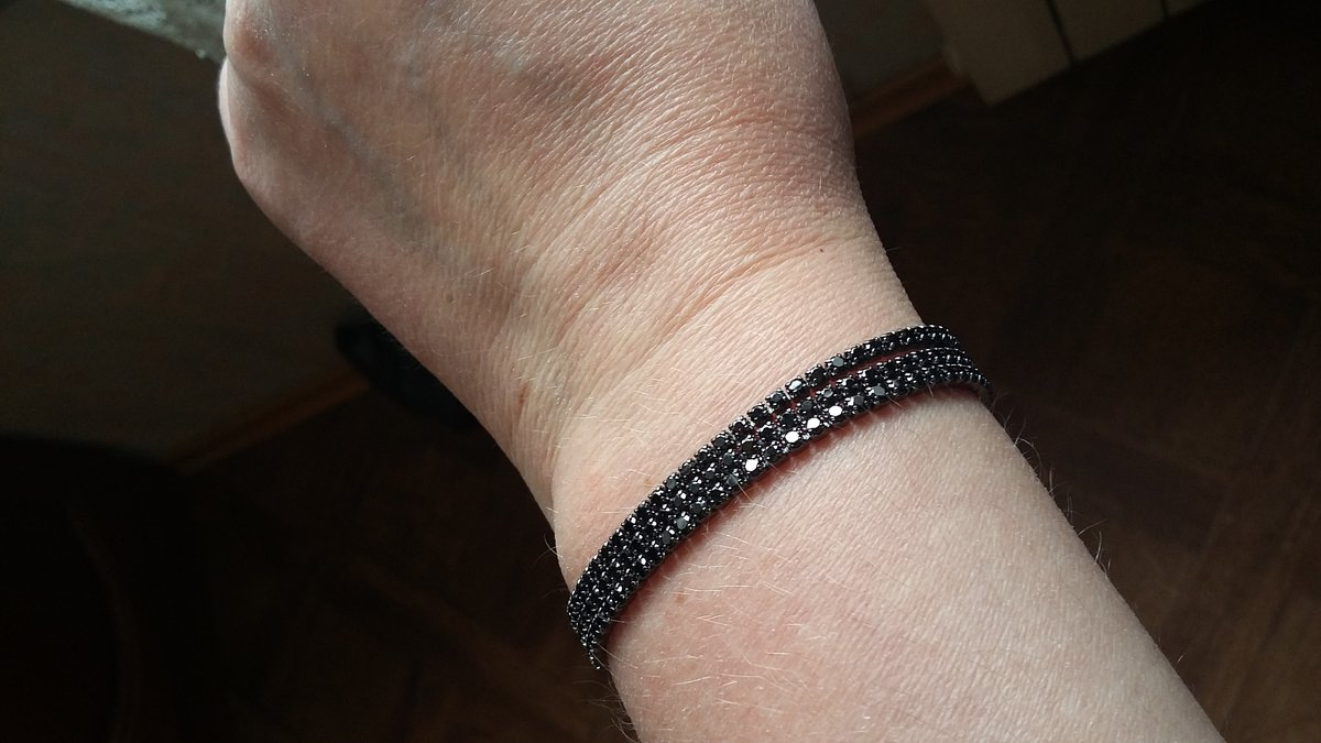 Элегантный серебрянный браслет с черными фианитами.
