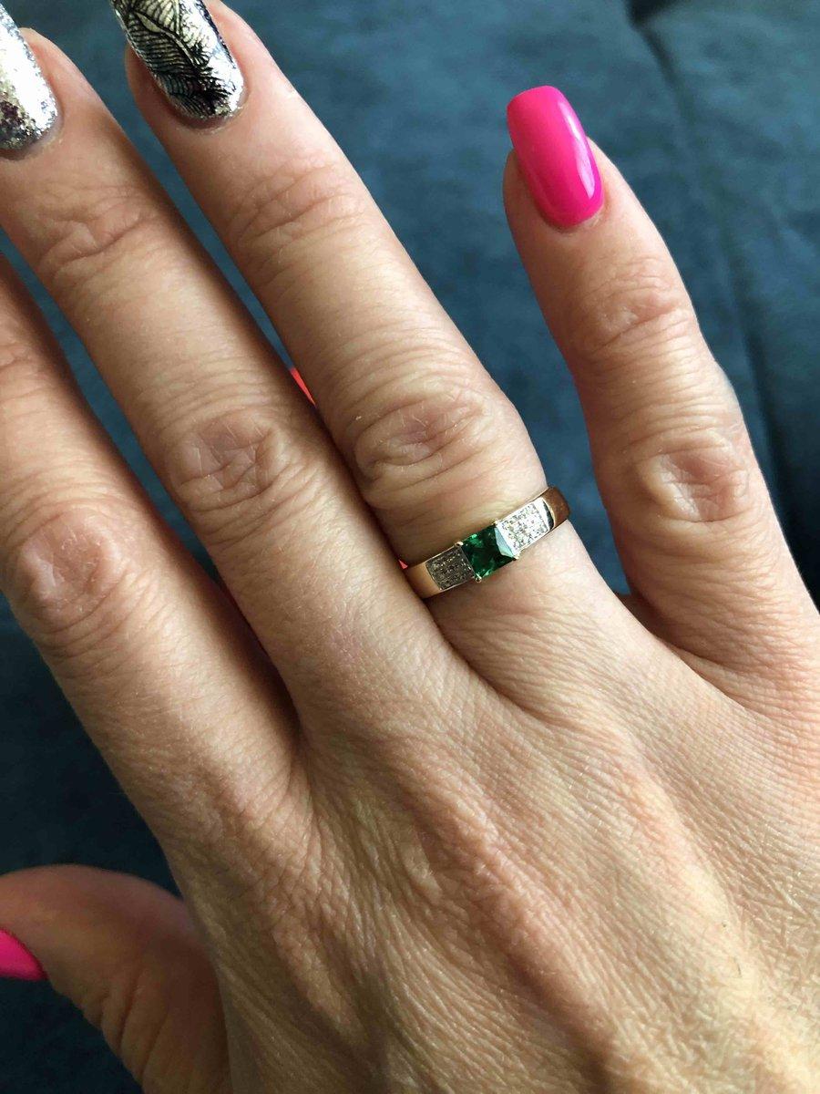 Кольцо с изумрудом и бриллиантами.