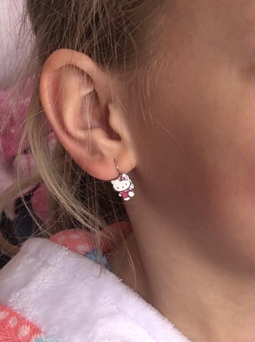 На маленькую детскую мочку уха