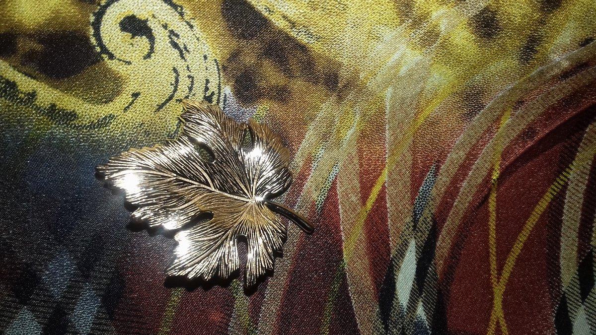 Серебряная брошь листочек.