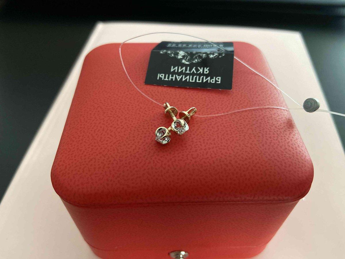 Скромные гвоздики с бриллиантами