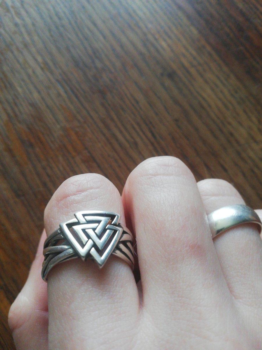 Шикарное кольцо с ВАЛЬКНУТОМ