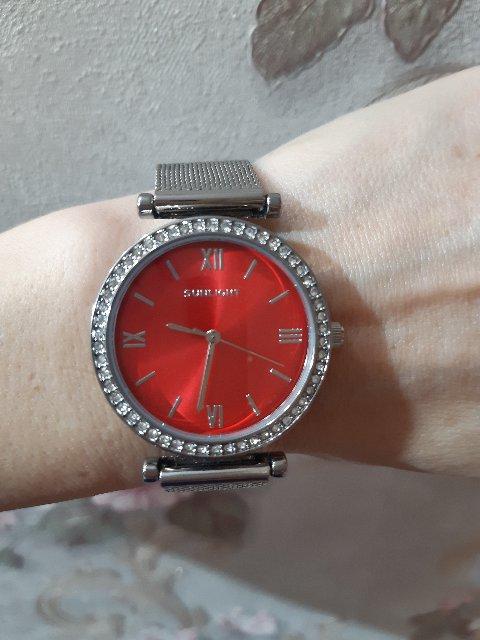 Часы из белого металла с красным  циферблатом
