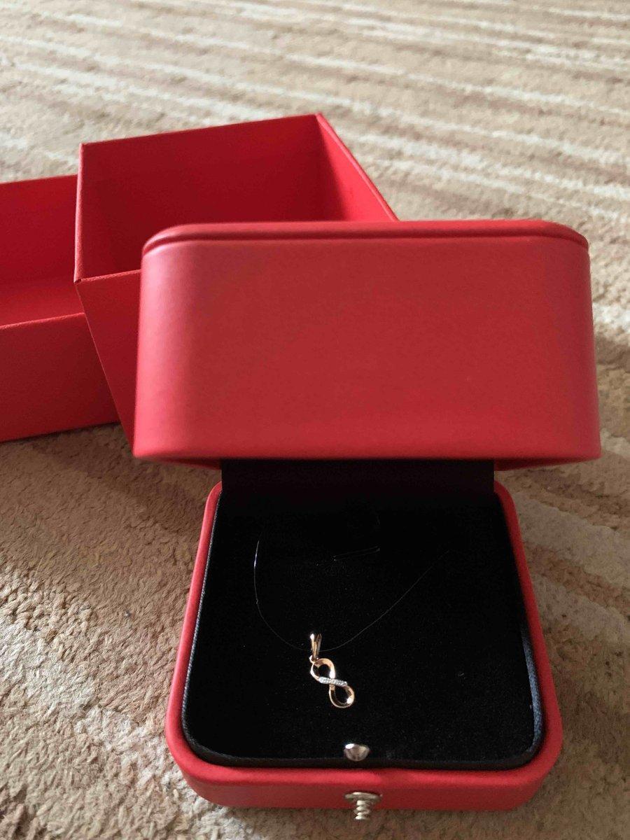 Красивая золотая подвеска с бриллиантами
