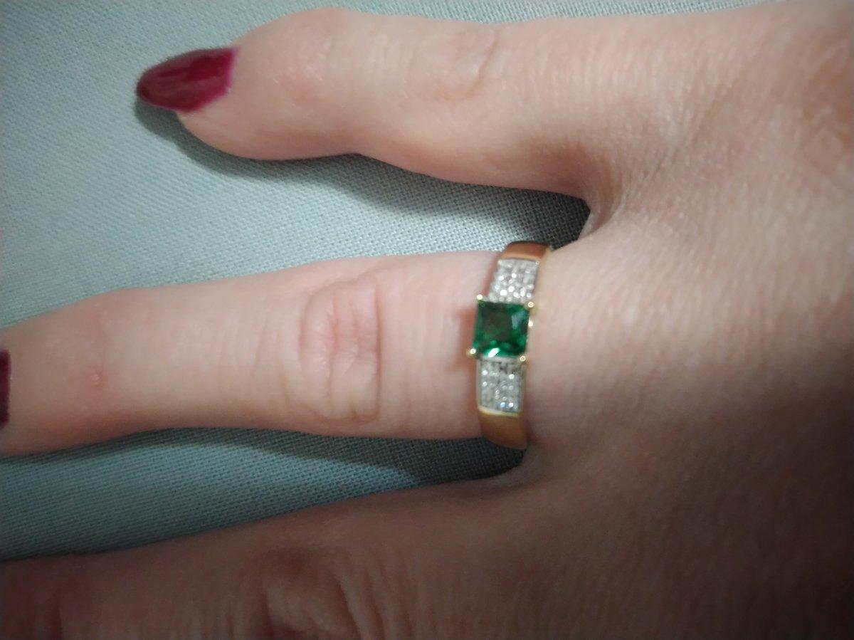 Кольцо с изумрудом и бриллиантами,получила от мужа на день рождения!