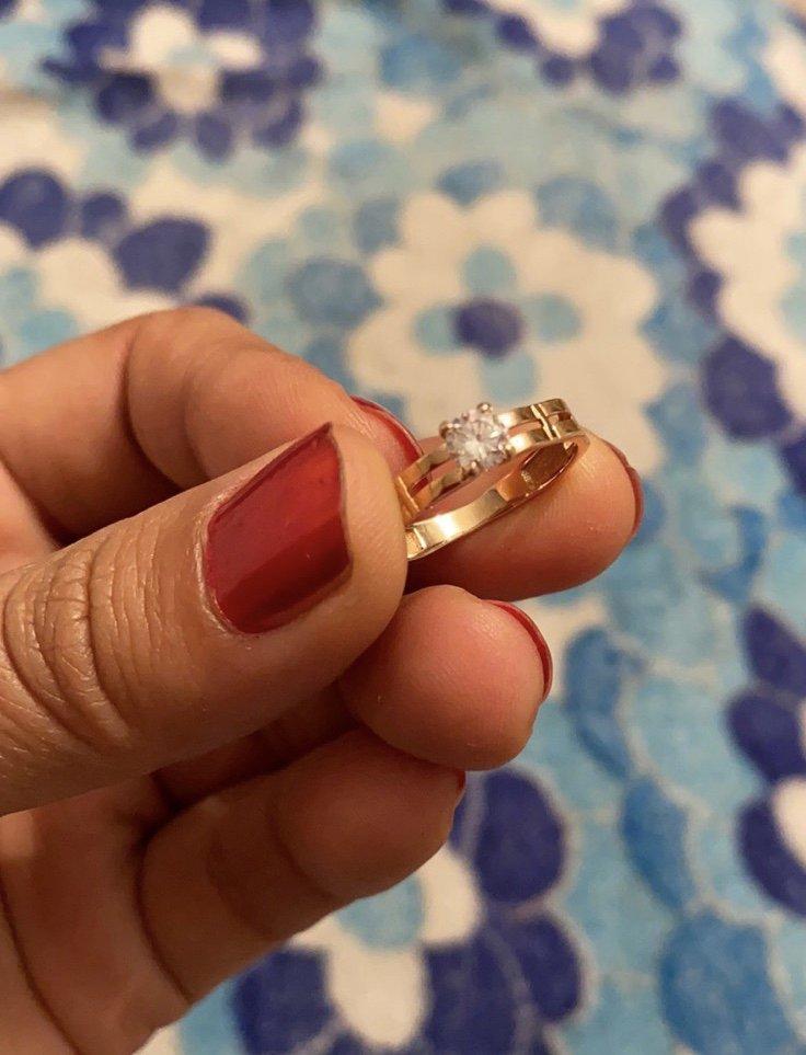 Молодой человек подарил кольцо