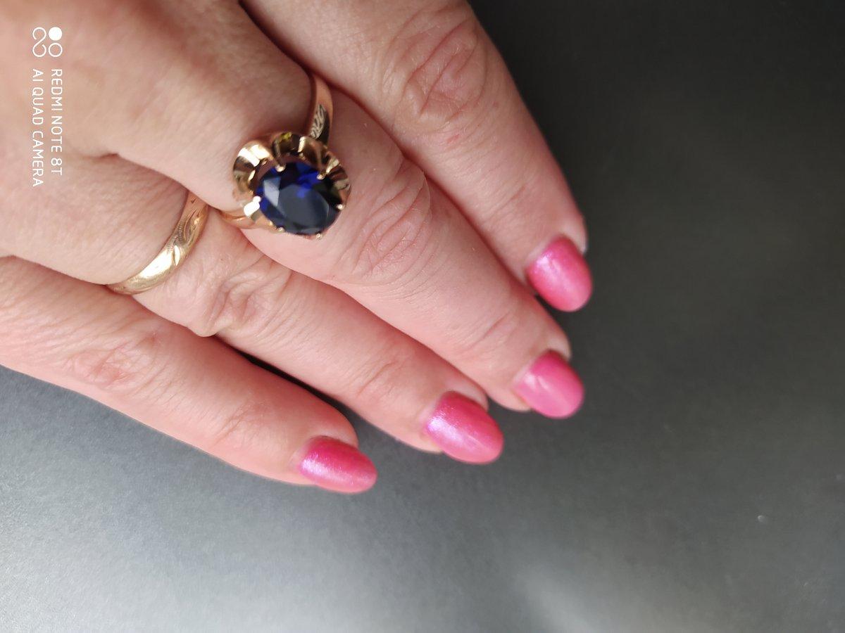Кольцо с сапфиром просто великолепно. Цвет камня меняется от освещения.