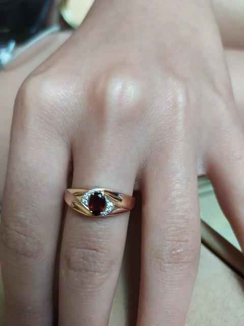 Золотое кольцо с фианитами и гранатом.