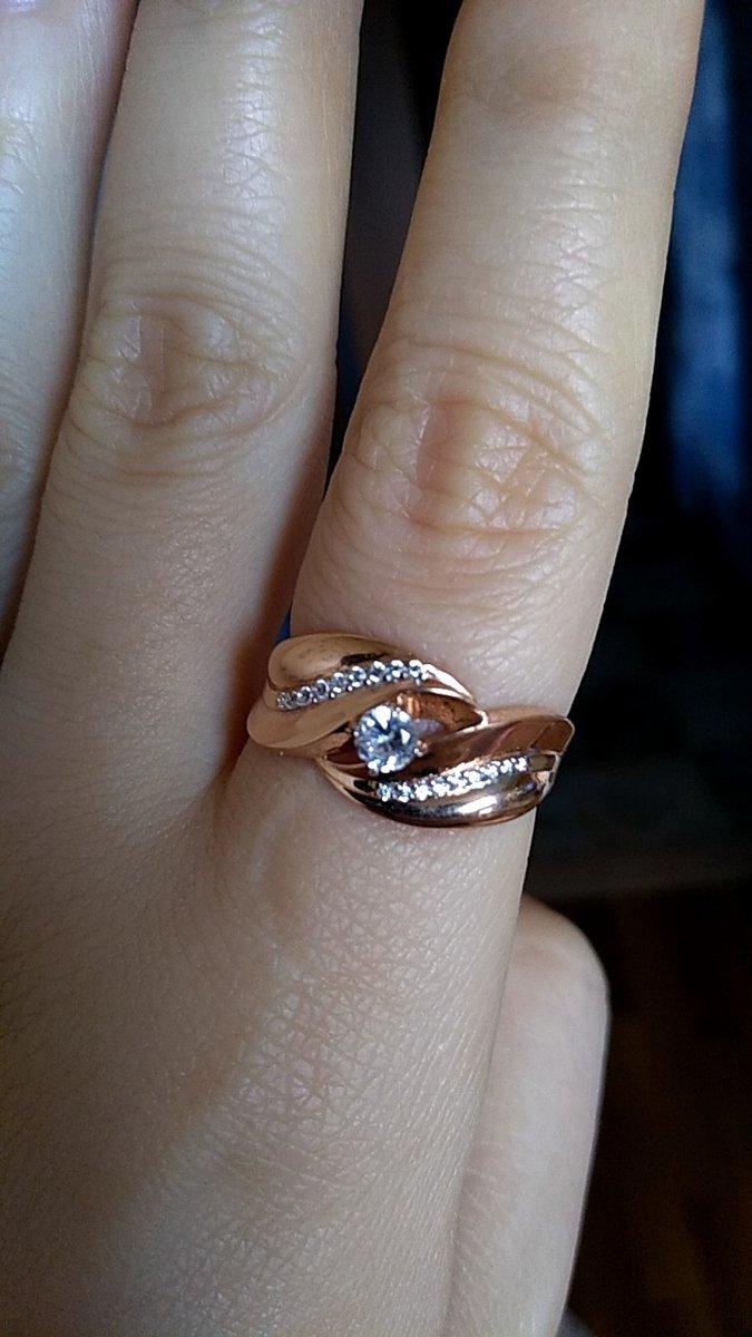 Красивое кольцо с фианитом