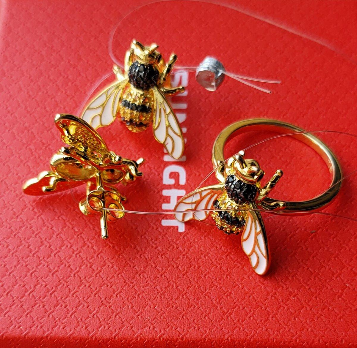 Серебряное колечко в виде пчёлки.