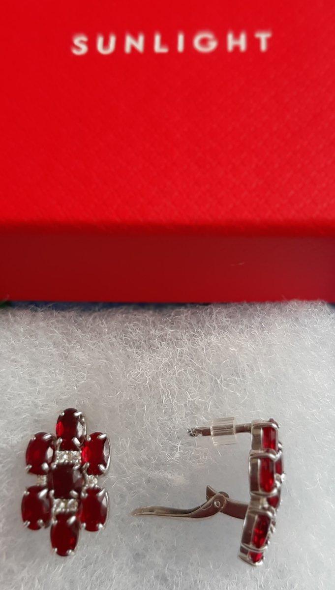 Серебряные серьги с фианитами и гранатом.