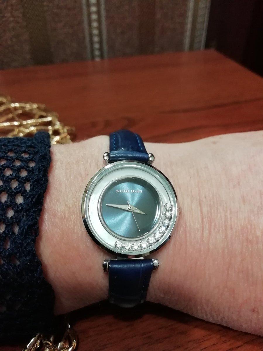 Красивы часы с камушками.