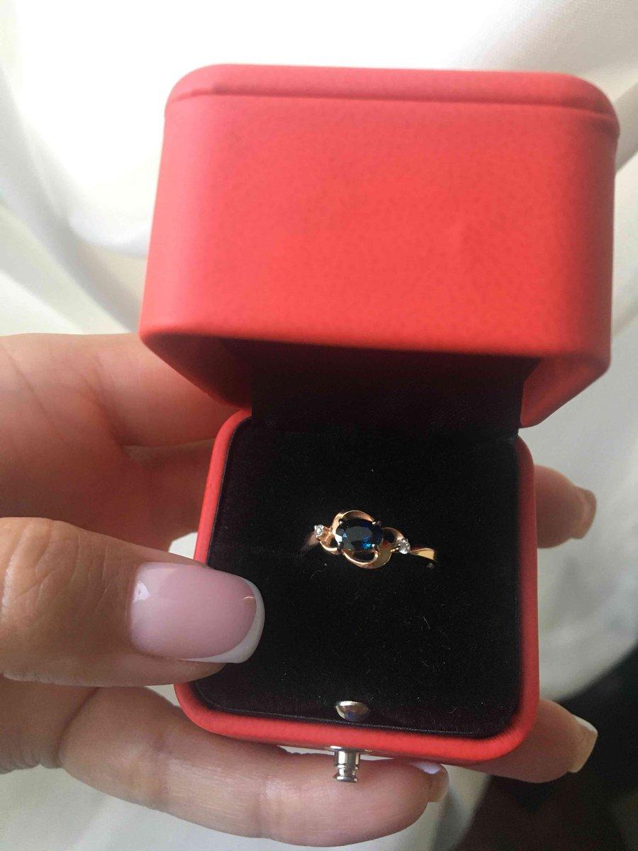 Нежное кольцо с темным чарующим сапфиром