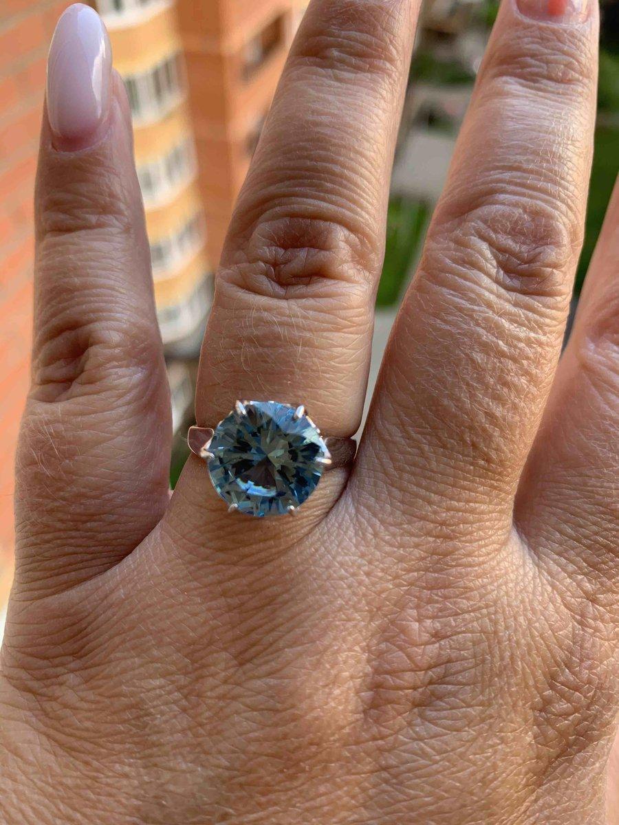 Кольцо с голубым камнем.