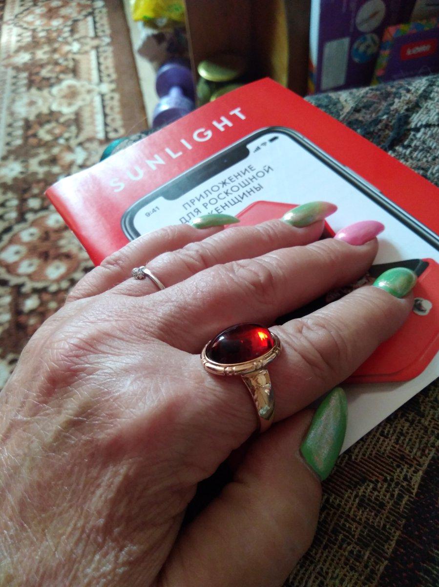 Очень красивое кольцо с большим коньячного цвета янтарем.