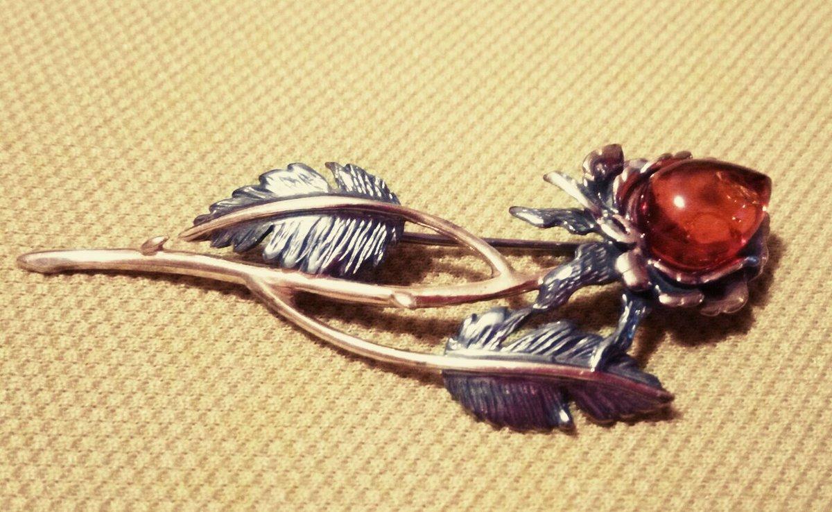 Брошь-янтарная роза.