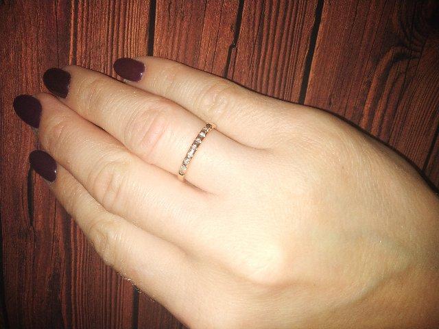 Нежное кольцо с бриллиантовыми гранями