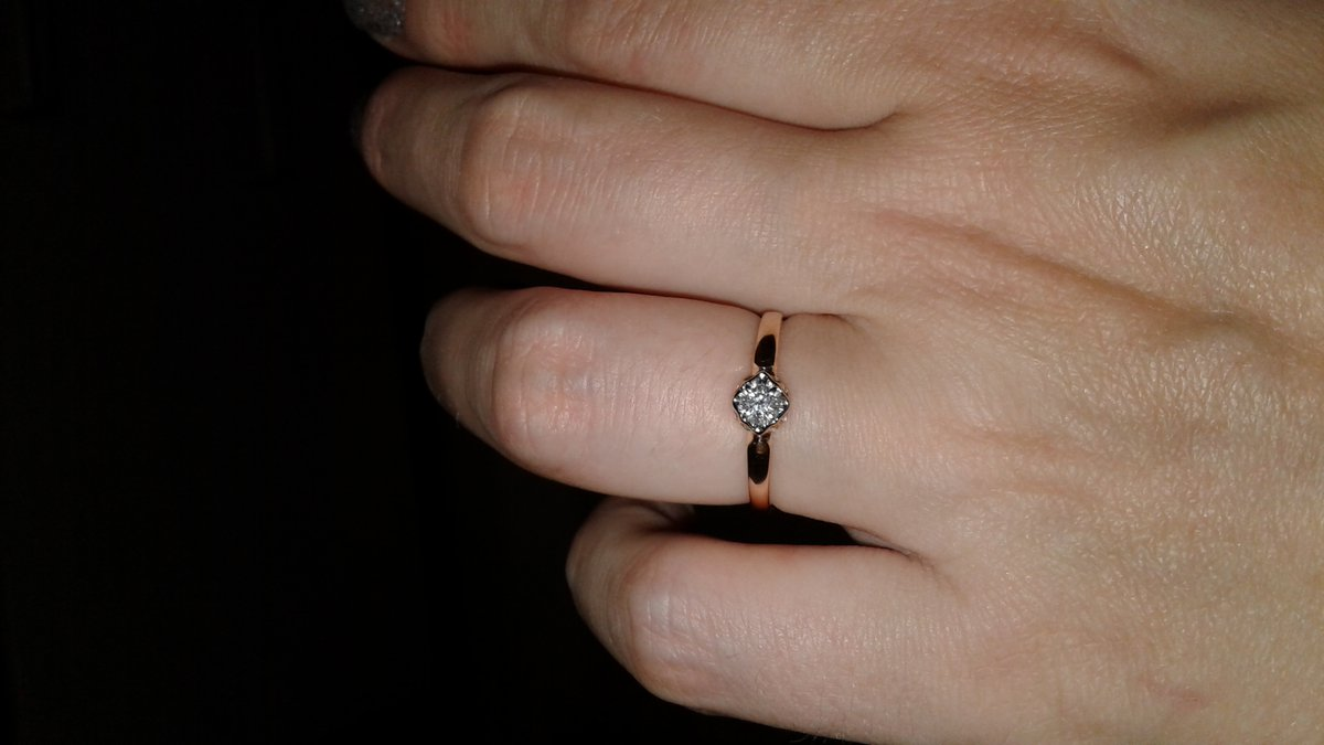 Колечко с бриллиантом.