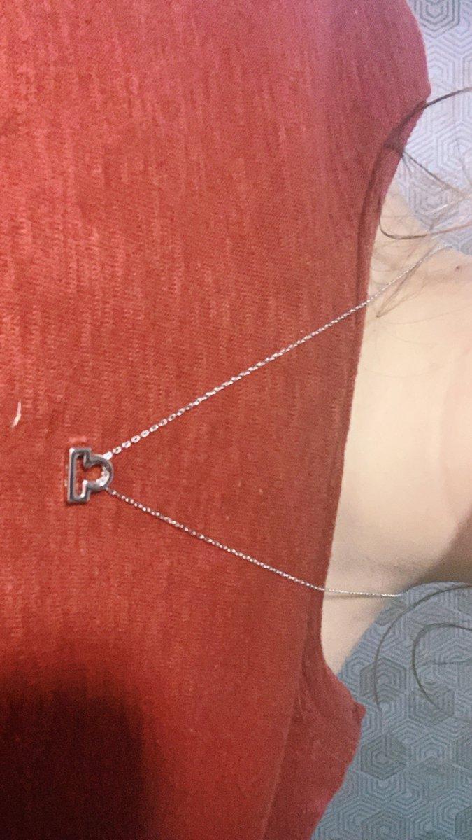 Красивое шейное украшение с кулоном знака задиака весы