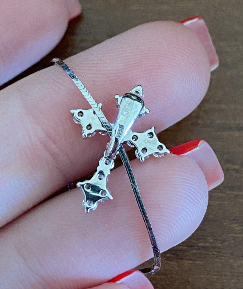 Маленький, аккуратный, красивый крестик.