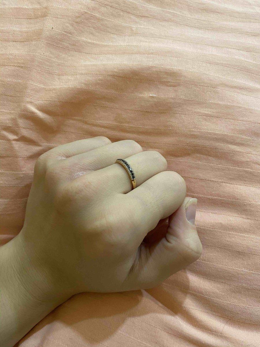 Аккуратное, яркое кольцо с бриллиантами, подходящее под любой костюм