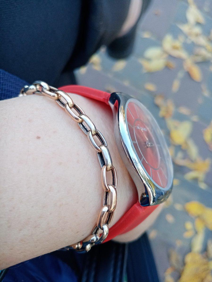 Часы красные