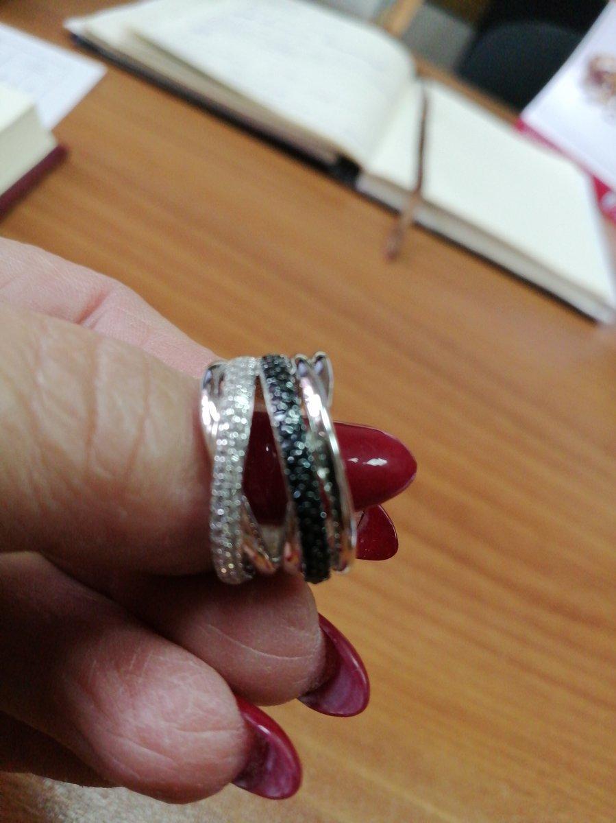 Шикарное кольцо. очень изящно смотрится. очень корректные продавцы в магази