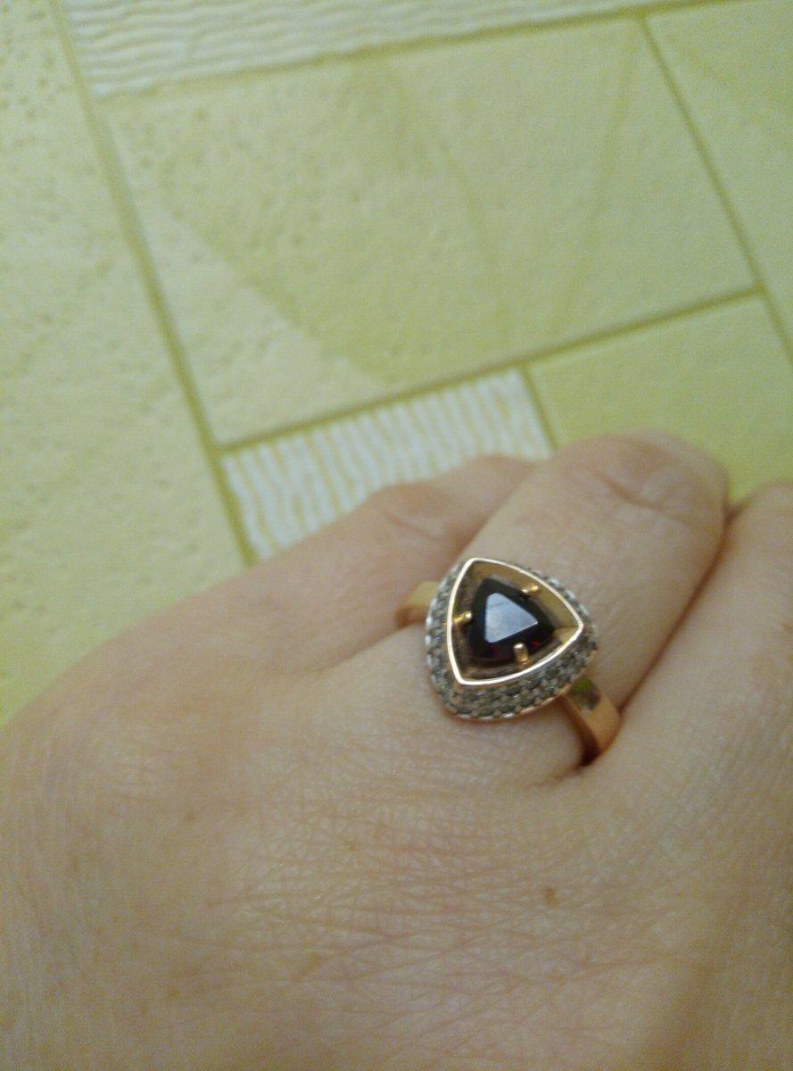 Серебряное кольцо с фианитами и природным гранатом.