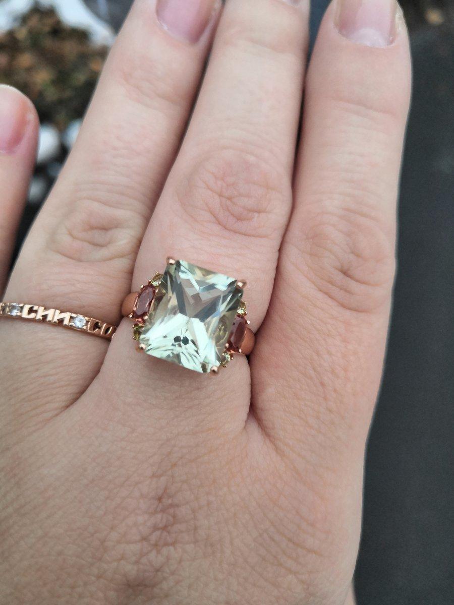 Очаровательное кольцо, переливается и играет на разном освещении по разному