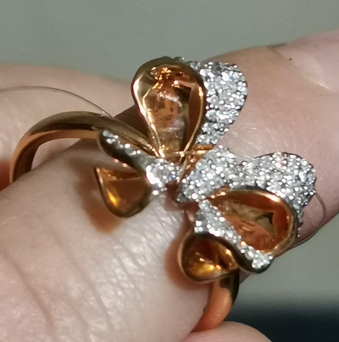 Золотое кольцо-- бант из бриллиантов