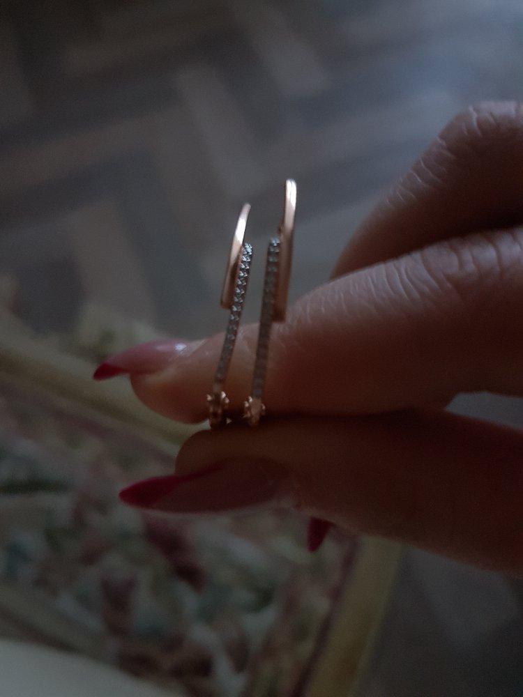 Серебряные  серьги  с  фианитами, арикул   45572, смотрятся  очень красиво.