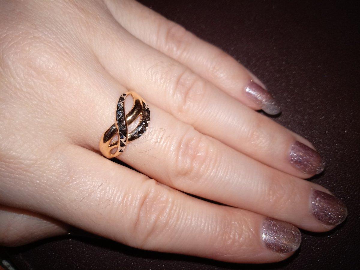 Красивое сияющее кольцо