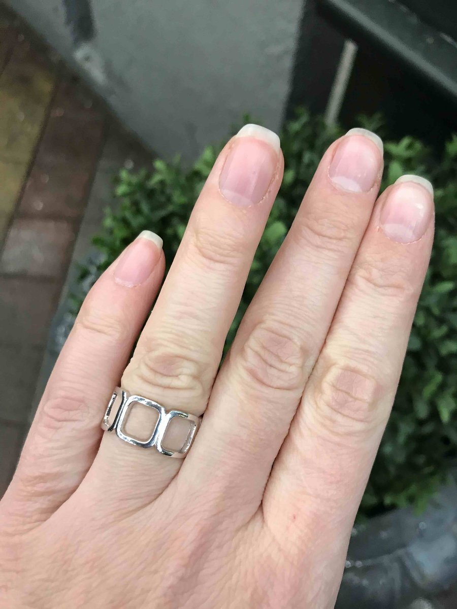 Кольцо супер! очень стильно смотрится. взяла дочери на подарок.